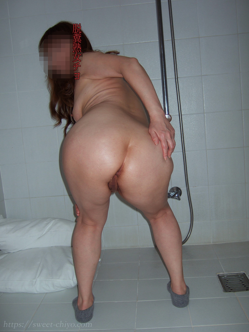 お風呂場でお尻を突き出す人妻