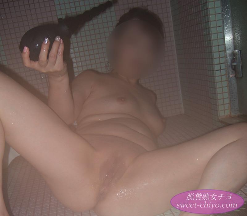 エネマポンプでアナル洗浄する人妻