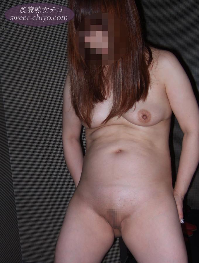 人妻を素っ裸にして立たせて撮影